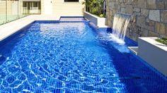 Detalle de las cascadas magicfalls en la piscina saliendo del muro de piedra.