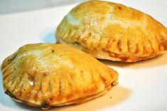 Coltunasi, empanadas, sambusak, samosa, kibbeh... Sunt doar cateva din denumirile sub care pot fi gasite, raspandite in lume, aceste produse de patiserie delicioase. Dimensiunea, tipul aluatului, compozitia umpluturii si modul de preparare difera de la tara la tara, rezultand practic sute de variante. De pilda, in Argentina, empanadas sunt facute cu un aluat pe baza de faina si unt si sunt umplute cu carne de pui sau vita, condimentata cu paprica si chimion. Coapte in cuptor (Provincia… Empanadas, Ricotta, Blueberry, Snack Recipes, Deserts, Good Food, Food And Drink, Chips, Cooking