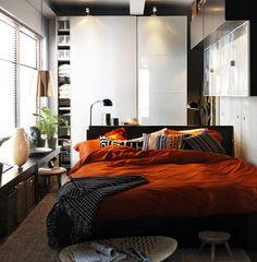 Arbeitszimmer: Pax hocglanz weiß, rostrote Holzgriffe, hellgraue Wände
