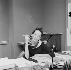 Holy smoke! // Diana Vreeland dans son bureau, années 50 http://www.vogue.fr/culture/a-voir/diaporama/diana-vreeland-l-hommage-a-venise/7367#diana-vreeland-dans-son-bureau-annees-50