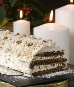 Ένας χριστουγεννιάτικος κορμός με άφθονα φουντούκια, κρέμα και σοκολατένιο μπισκότο.