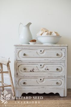 miss mustard seed | grain sack wash stand | MMS gives an antique wash stand a DIY makeover in Miss Mustard Seed's Milk Paint for the Lucketts Spring Market 2017! See how she painted it and how she styled it in her studio.