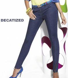 De unieke en comfortabele Natalie jeans legging van Bas Bleu is een superstrakke, blauwe jeanslegging, gemaakt van een echte denimstof en met werkende ritsjes en echte voorzakken! Exclusief bij SOSHIN te bestellen, dus wees er rap bij! Wees, Capri Pants, Leggings, Rap, Fashion, Moda, Capri Trousers, Fashion Styles, Wraps