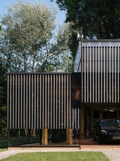 벤츠를 위한 임시 파빌리온 디자인, 폴란드 디자인 스튜디오 WWAA 작업. 바르샤바 공원에 위치, 미팅의 장소, 쇼룸, 카페와 다양한 이벤트를 위한 장소로 제공. 유연한 공간구현과 막힘없는 연속된 공간 생성을 위한 공간; 건축의 연속은 연접된 다수의 박스를 통해 완성. 한시적 운영을 위한 가설구조물은 인더스트리얼 분위기와 현대적인 공간감을 동시에 전달하며 이곳을 찾는 방문객들의 소셜활동을 보장. the temporary pa..