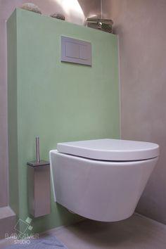 Betonlook badkamer met beton-ciré, een wit wandcloset en chrome accessoires! #badkamerstudio #badkamerstudiobreda