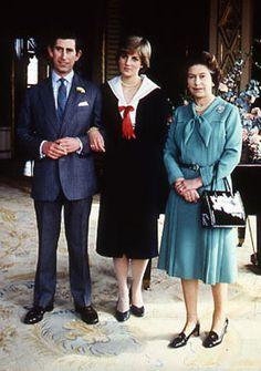 La Reina Isabel con su hijo el Príncipe Carlos y su todavía prometida Diana de Gales.