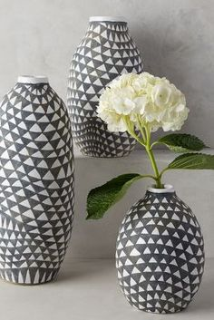 Black and white vases are great dorm room accessories! Decorative Accessories, Home Accessories, Art Mural, Wall Art, Wall Décor, Reno, Pottery Painting, Home Decor Inspiration, Decor Ideas