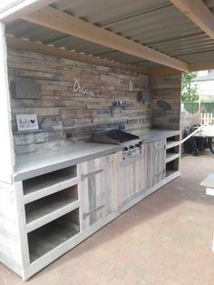 Pallet Furniture Outdoor kitchen from recycled pallets! - An outdoor kitchen doesn't have to be just your imagination. With pallets, you can make your own Pallet Outdoor Dream … 1001 Pallets, Recycled Pallets, Wooden Pallets, Pallet Benches, Pallet Couch, Pallet Tables, Deck From Pallets, Recycled House, Recycled Wood