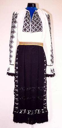Women's costume from county of Făgăraş Romanian Women, Dress Skirt, Lace Skirt, Folk Clothing, Linen Blouse, Folk Costume, Beautiful Blouses, Historical Costume, Peasant Blouse
