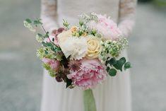 Wedding flowers, white, yellow and pink. Peony and carnation.  Florals: Skillad Floral Design Photo: Karolina Ehrenpil