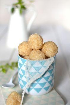 La noix de coco et moi, c'est une grande histoire d'amour. J'en mets un peu partout, tant dans mes préparations sucrées (gâteaux, cookies, muffins, porridges, tartes...) que salées (curry, veloutés, sauces, dips, tartinades...). J'aime sa saveur exotique,...
