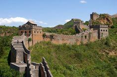 A Muralha da China, ou Grande Muralha, é uma impressionante estrutura de arquitetura militar construída durante a China Imperial. Consiste de diversas muralhas, construídas durante várias dinastias ao longo de aproximadamente dois milênios (começou no ano 221 a.C com término no século XV, durante a Dinastia Ming). Se, no passado, a sua função foi essencialmente defensiva, no presente constitui um símbolo da China e uma procurada atração turística.
