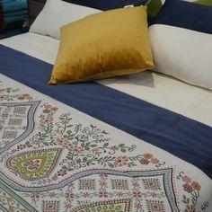 Comienza el otoño renovando tu #dormitorio, este bouti con estampado floral resaltará con luz propia tu habitación.