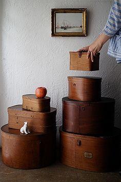 フランス 古き曲げ物-antique wood box 遠く昔の時代を知る道標。いずれもこの時迄の成り行きを静かに体現している曲げ木のボックス。此れ等自身が軽く積み重ねて尚映える完成されたデザイン、見せる収納箱とされるのがベスト。お店のテーブル上、小さな台と見なす使い道等、大事に長く実用頂く事で「箱」として生かしたい。