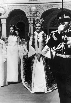Photo: l'Impératrice Farah d'Iran, le jour de son couronnement en1967, parée de la couronne et des bijoux dessinés pour elle par Van Cleef & Arpels    Par Anne-Sophie Mallard