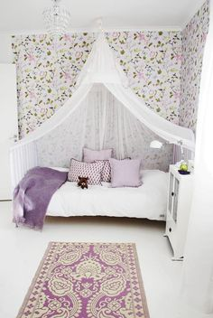 floral wallpaper and canopy bed