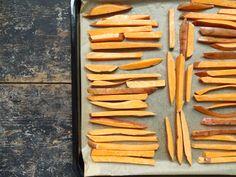 Zoete aardappelfriet met peterselie, zeezout en parmezaanse kaas Carrots, Vegetables, Ethnic Recipes, Carrot, Vegetable Recipes, Veggies