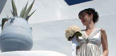 Bridal bouquet in spherical shape, with Vendela roses and Galax leaves.    Wedding venue: Mirabo Villas, Firostefani  Wedding planner: Concierge Santorini  Photo: Dimitra Bratikà