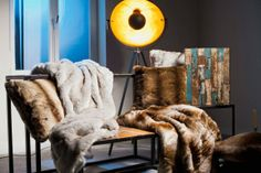 Auch die Haptik wird immer wichtiger, viele Kissen und Decken haben eine strukturierte Oberfläche. #homestory #home #interior #textilien #couch #cushions
