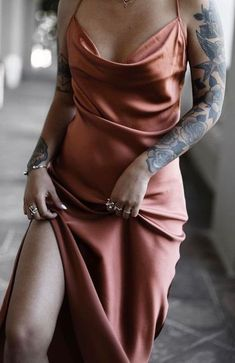 This rusty silk maxi dress makes her looks like she's wearing liquid gold. such a perfect dress for prom Slep Dress, Satin Dresses, Formal Dresses, Gold Satin Dress, Bronze Dress, Dresses Dresses, Look Fashion, Womens Fashion, Boho