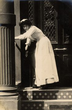 Cheniston Gardens London, 1906, a young maid  cleaning the steps. (Edward Linley Sambourne)