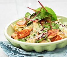 En krämig potatissallad med sting som tillagas i ett nafs. Dijonsenapen ger salladen hetta och sockerärtorna ett härligt krisp. Servera med gyllenstekta halloumibitar, solroskärnor och mangold.