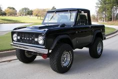 1967 Bronco .... Oh how I'd love a bronco from the 60's or 70's style. Maybe in baby blue.