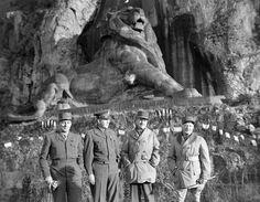 Front de l'est, - État-major allié à Belfort, fin décembre 1944. Les généraux de Lattre de Tassigny, Devers (commandant le 6e groupe d'armées), Béthouart et de Monsabert posent devant le lion de Belfort, libérée par les éléments du 1er CA entre le 18 et le 21 novembre 1944.