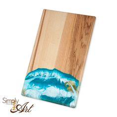 Schneidebrett mit Resin veredelt. Jedes Brett ein Unikat und jetzt im Shop erhältlich Workshop, Lettering, Wood Art, New Art, Resin, Mixed Media, Diy, Wooden Platters, Boards