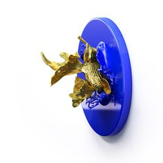 'Goldfishes' is a triptik. 24K gold plated, ultramarine blue painted, 3D printed resin.
