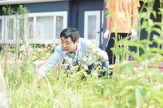 遠藤先生も生徒さんと一緒にお庭のお手入れ