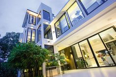 The Filipina singer/actress Zsa Zsa Padilla and Architect Conrad Onglao had shown their sophisticating and elegant modern Asian house. Three Story House, Asian House, Modern Asian, Zsa Zsa, Mansions Homes, Celebrity Houses, Facade Architecture, Facade House, Tropical Houses