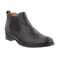 Smart kort støvle i sort slangepræget skind med elastik i begge sider på skaftet, lige til at stikke i. Hælhøjde 3 cm. Skaftlængde 9 cm