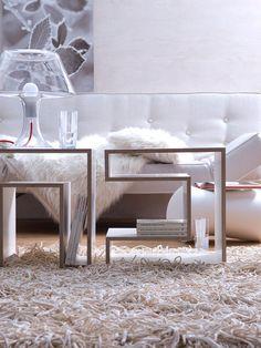 Sofá cama en blanco y mesas de centro de diseño actual