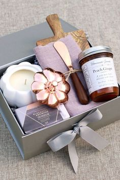 Autumn Harvest gift box by Pumeli welcomes the warm and cozy moments of the season. With classic notes of pumpkin, nutmeg and sandalwood, it's the perfect gift for housewarmings, closing gifts and gifts for the host and hostess. | #Pumeli #Fall #hostessgift #Entertaining #housewarming #giftideas Hostess Gifts, Holiday Gifts, Christmas Gifts, Fall Gifts, Gifts For Housewarming, Wine Gift Baskets, Basket Gift, Curated Gift Boxes, Birthday For Him