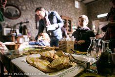 Tra qualche settimana è tempo di focolare, di pane fragante e profumatissimo, di olio verdissimo appena franto, è tempo di venire in #Umbria. è tempo di #FrantoiAperti. dal 31 ottobre al 29 Novembre. #food, #foodlovers, #olio, #merenda, #weekend www.frantoiaperti.net