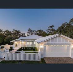 ideas for house front facade hampton style Hamptons Style Homes, Hamptons House, The Hamptons, Queenslander House, Weatherboard House, Facade Design, Exterior Design, House Design, Ranch House Plans