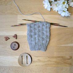 Korinpohjaneuleesta on lukemattomia eri versioita, joista tässä yksi. Crochet Socks, Knitting Socks, Knitted Hats, Blog, Crocheting, Villa, Slippers, Fashion, Knit Socks