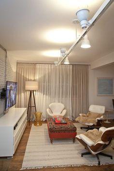 """A sala ganhou trilho e """"spots"""", que podem ser apontados para cima e para baixo. Total do projeto: R$ 2.170, da DUO"""