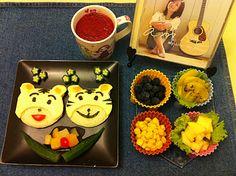 兒時玩伴「巧虎」(吐司、起士、海苔、鳳梨乾),四色水果盅,秋葵、什錦水果飾盤,現榨蔓越莓汁,佐 Amin 版的「橄欖樹」!