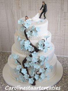 Bruidstaart met lichtblauwe bloesem
