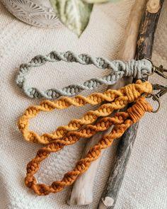 #schlaufe #schlüsselanhänger #macrame #macrameart #makramee #bohogeschenk #bohodecor #vintage #lanyard #keychain Boho, Friendship Bracelets, Crochet Necklace, How To Make, Diy, Vintage, Jewelry, Gifts, Jewlery