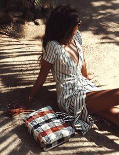 """Entre coupe féminine et rayures verticales """"matelas"""", cette robe estivale a tout bon ! (photo Sincerely Jules)"""