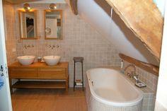 sfeervolle badkamer in schuin dak