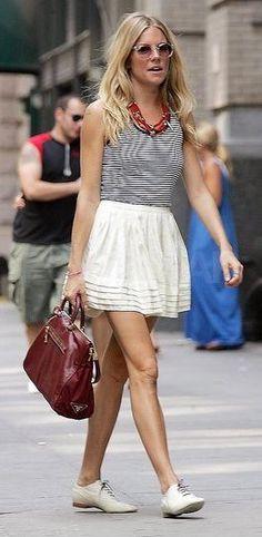 Nunca imaginei que um dia eu fosse falar que gosto deste sapato, mas não é que ultimamente eu tô adorando! A primeira foto é da Olivia Palermo (ela participa do reality show The City) e a segunda é da Sienna Miller (dispensa apresentações, né). As duas montaram o mesmo look: sainha rodada, camiseta listada, modelo …