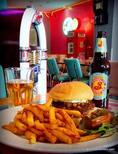 Le Spring Burger : fromage de chèvre, pommes au miel, moutarde sucrée au restaurant le Whoopies au Havre. Restaurant, Normandie, Le Havre.