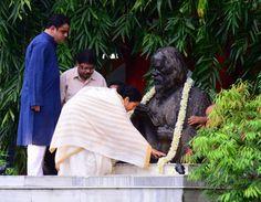 West Bengal Chief Minister Mamata Banerjee pays tribute to legendary poet Rabindranath Tagore on his 72nd death anniversary at Jorasanko Thakurbari in Kolkata. ■ Photo: Sankar Mondal