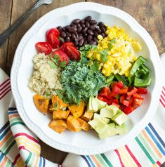 Southwestern Veggie Bowl with Chipotle Vinaigrette // Messy Baker Cena Light, Whole Food Recipes, Cooking Recipes, Clean Eating, Healthy Eating, Vegetarian Recipes, Healthy Recipes, Salad Recipes, Macro Meals