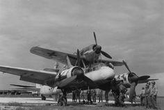 Mistel S2 « Beethoven-Gerät » | Des « Mistel » capturés sur l'aérodrome de la ville de Bernbourg (Bernburg), courant 1945. Ici une version d'entrainement (sans charge) du modèle S2, à savoir un Ju 88 G-1 couplé à un FW 190 A-8 oder F-8.