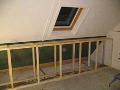 Knieschotten met plank bovenop. http://www.klusidee.nl/Forum/wand-onder-schuin-dak-slopen-t19166.html